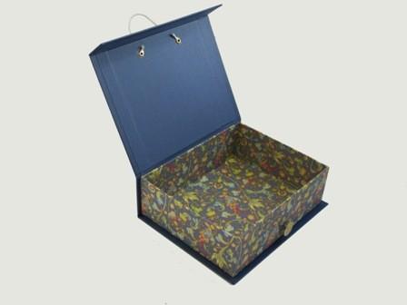 Interior caja con botón y gomilla corta