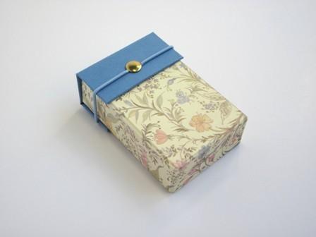 Caja para pañuelos con botón. 11x6x2 cm