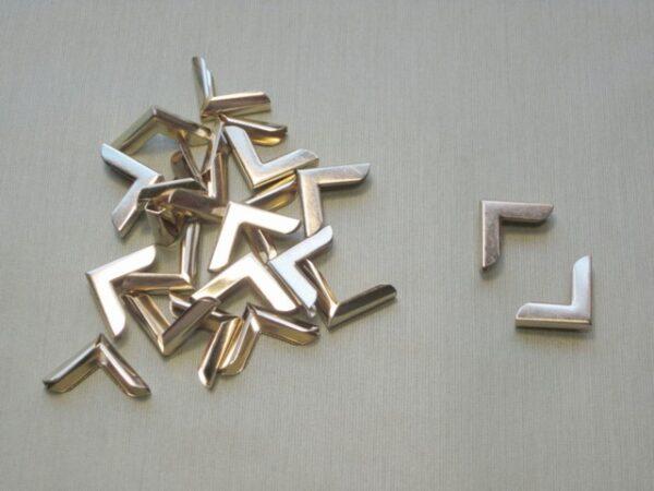 Cantonera dorada lisa. 18x18 mm