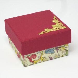 Caja con esquinera. 6,5x6,5x4 cm. I-8