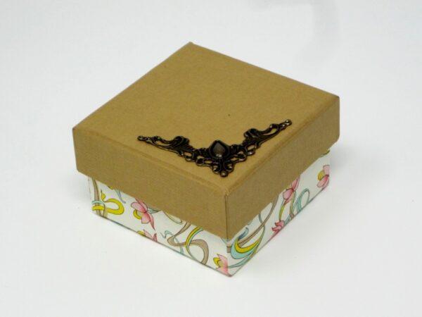 Caja con esquinera. 6,5x6,5x4 cm