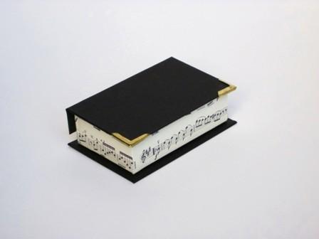 Tarjetero con cantoneras. 10.5x6.5x3 cm
